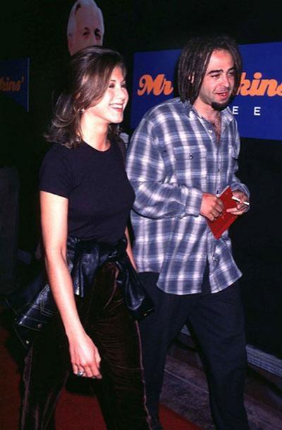 В 1995 году Дженнифер познакомилась с музыкальным продюсером, основателем и вокалистом группы Counting Crows – Адамом Дьюрицем (она всегда была неравнодушна к музыкантам!). Увы, роман с рокером не получил продолжения. «Кто-то посвящает Дженнифер – прекрасной девушке, с которой я встречался около недели, – целые альбомы, – задумывается Адам. – А я не помню, чтобы сочинил о ней хоть одну песню».